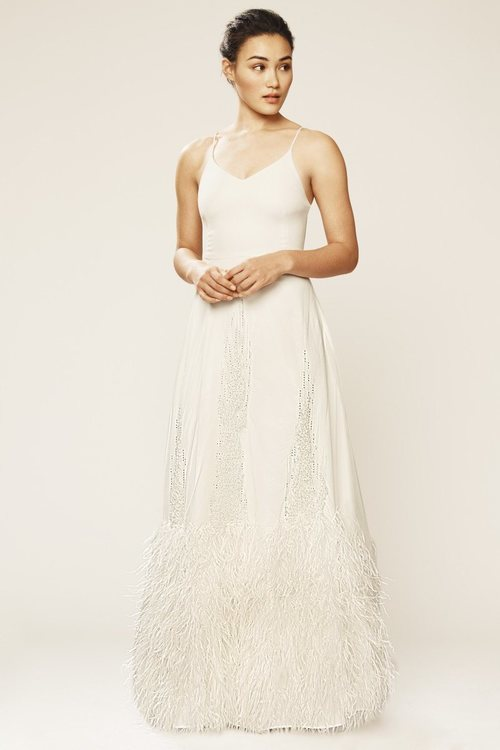 Vestido ribeteado con plumas de la colección novia primavera 2018 de Sarah Jessica Parker