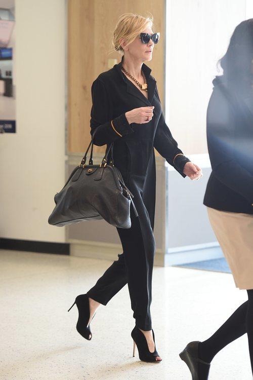 Cate Blanchett opta por un elegante mono negro para subirse al avión