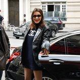 Bella Hadid combina el azul marino y el negro durante su viaje a París