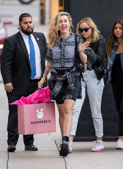 Miley Cyrus con un modelo de su colección para Converse
