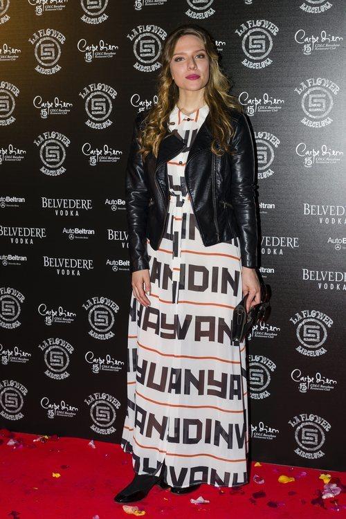 Andrea Carballo con un maxi vestido en la 'Flower Power' de Barcelona
