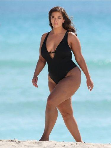 Ashley Graham con un bañador negro de tirante ancho  de su nueva colección 2018