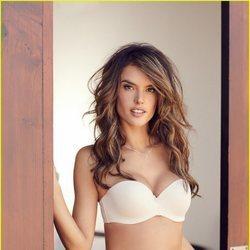 Alessandra Ambrosio con un bikini en tono nude de Lascana
