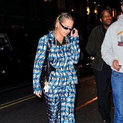 Rita Ora con un 'total look' de estampado de rayas paseando por Nueva York 2018