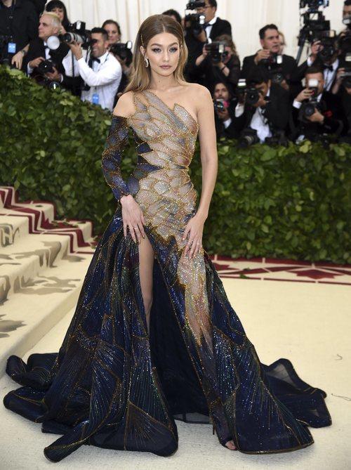 Gigi Hadid luce un Versace en la Met Gala 2018
