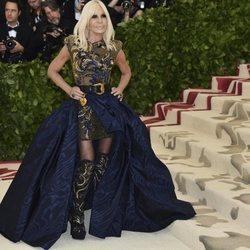Donatella Versace con un vestido llamativo en la Gala Met 2018