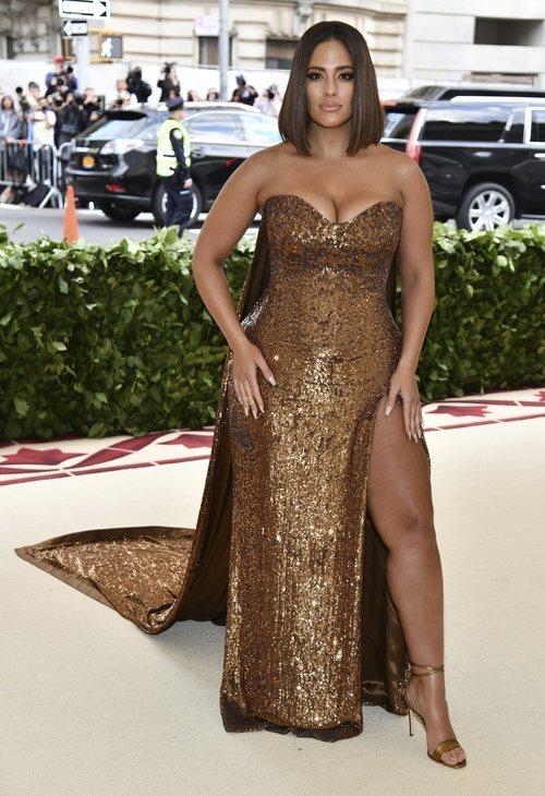 Ashley Graham con un vestido largo de lentejuelas en la Gala MET 2018