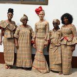 Adwoa Aboah posa con su familia con los trajes tradicionales de Ghana en tela Burberry