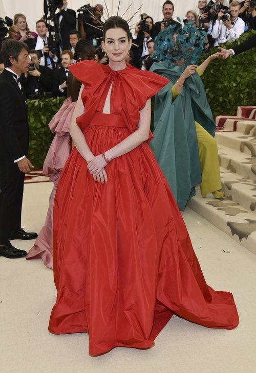Anne Hathaway con un vestido rojo en la Gala Met 2018