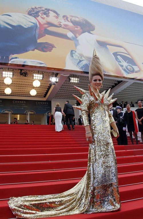Elena Lenina con un vestido de lentejuelas doradas en el Festival de Cannes 2018