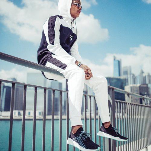 Modelo con zapatillas Puma AVID evoKNIT X DIAMOND 2018