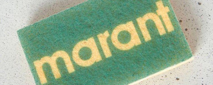 Un estropajo con el logo estampado es la pieza estrella de la colección de Isabel Marant