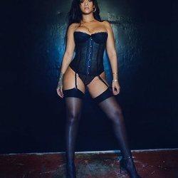 Rihanna posa con uno de los corsés de su colección 'Savage x Fenty'