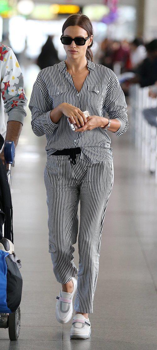 El cómodo conjunto de camisa y pantalón que escogió Irina Shayk para viajar