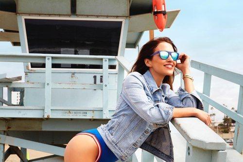 Gafas de sol con montura azul diseñadas por Paula Echevarría para Hawkers
