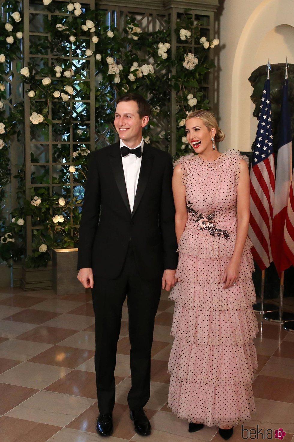 Ivanka Trump vestida de Rodarte junto a Jared Kushner en una cena de gala ofrecida en honor al Presidente de Francia