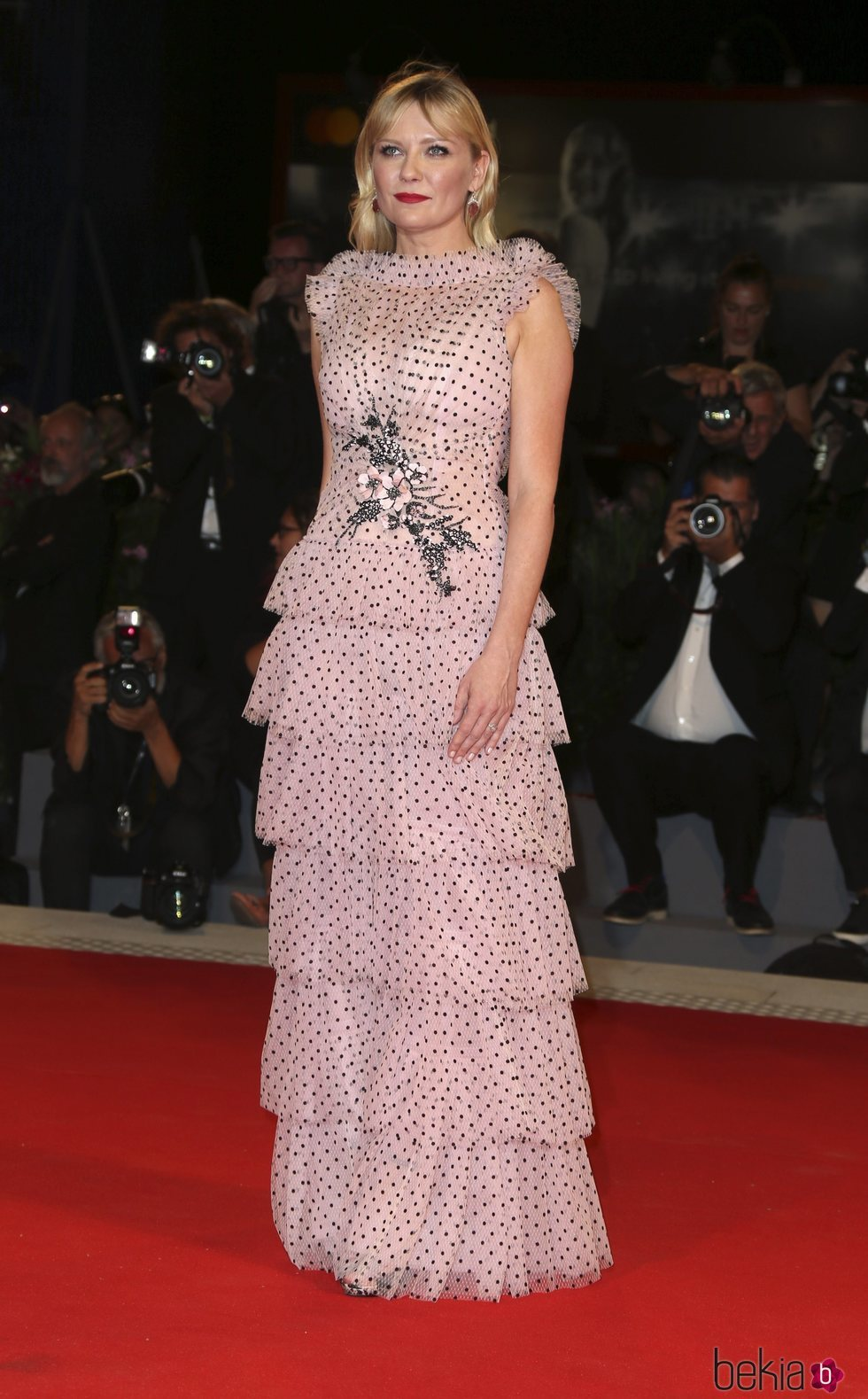 Kirsten Dunst con un vestido de lunares en el Festival de Venecia 2017