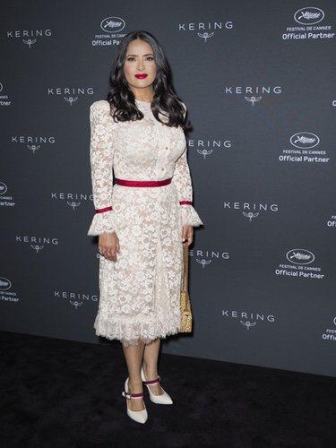Salma Hayek con un vestido semitransparente para dar su discurso a favor de la mujer