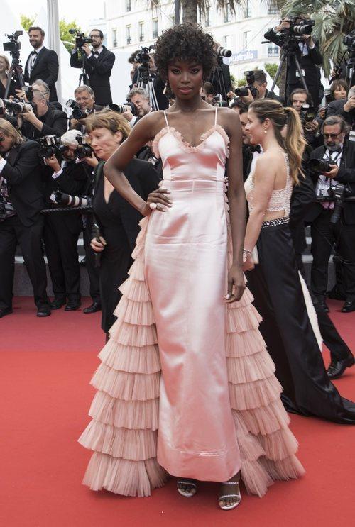 Maria Borges en la alfombra roja de Cannes con un vestido con cola de gasa