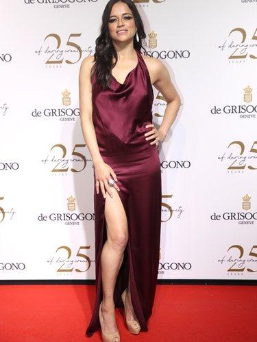 Michelle Rodriguez con un vestido color vino en la fiesta de De Grisogono