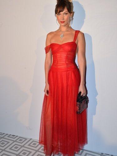 Bella Hadid luce un Dior de tul rojo para la cena Madame Figaro x Dior
