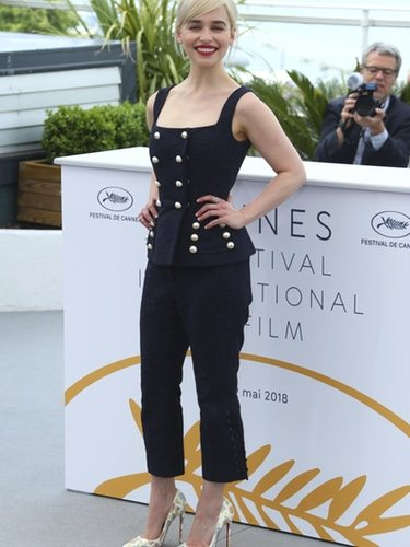 Emilia Clarke con un traje de dos piezas en Cannes