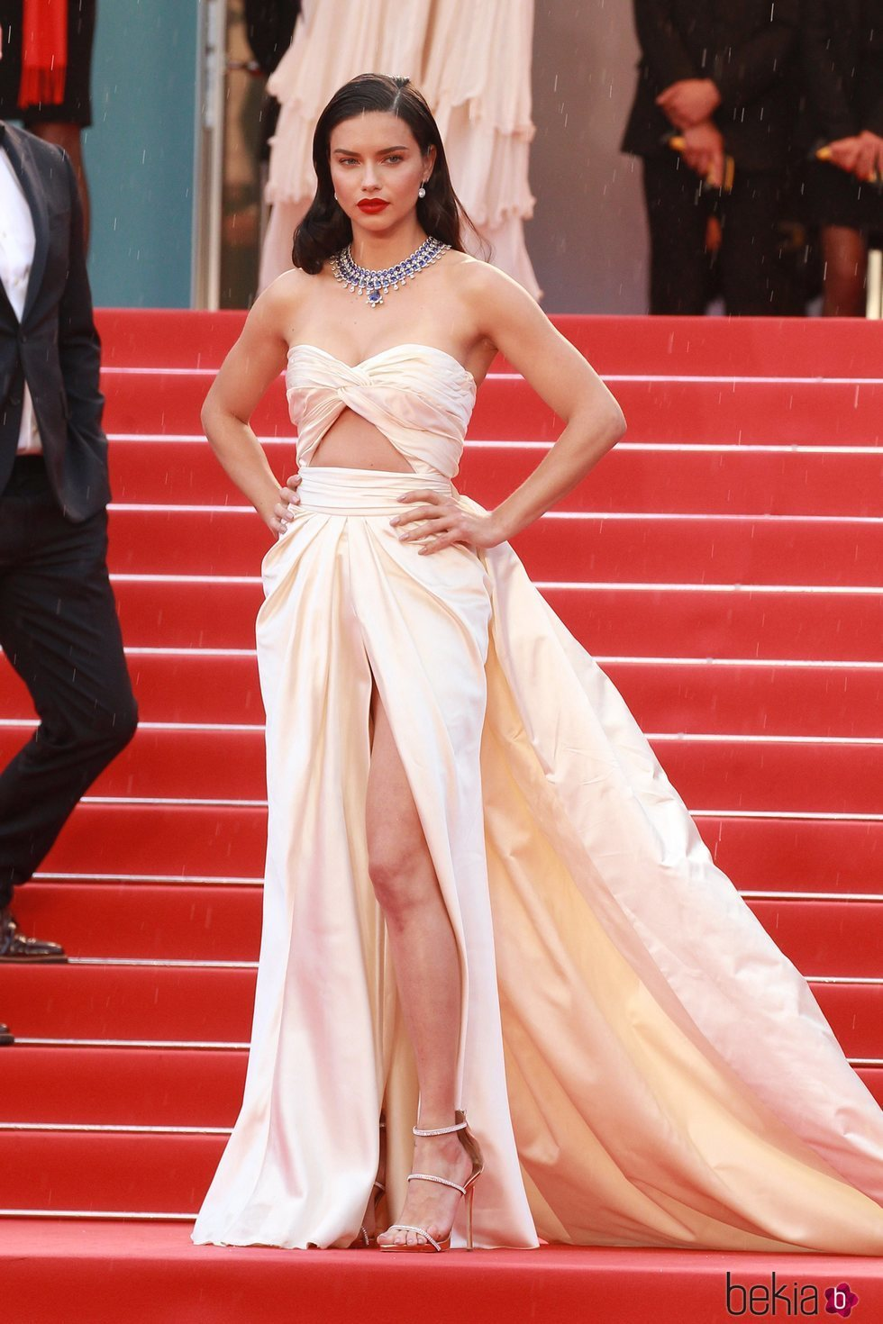Adriana Lima luce un vestido en tono crema con aberturas en Cannes