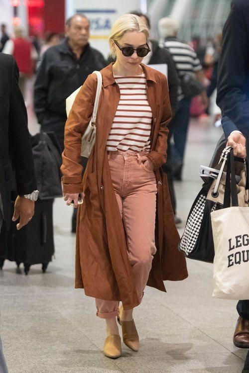 Emilia Clarke con una gabardina marrón en Nueva York 2018