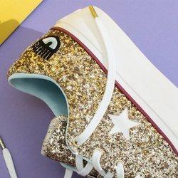 Modelo en dorado de la nueva colección de Chiara Ferragni para Converse