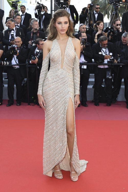 Valery Kaufman con un vestido asimétrico en la premiere 'El hombre que mató a Don Quijote' en Cannes 2018