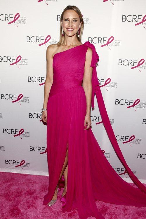 Clarissa Bronfman con un vestido largo fucshia en la fiesta 'hot pink' contra el Cáncer en Nueva York 2018