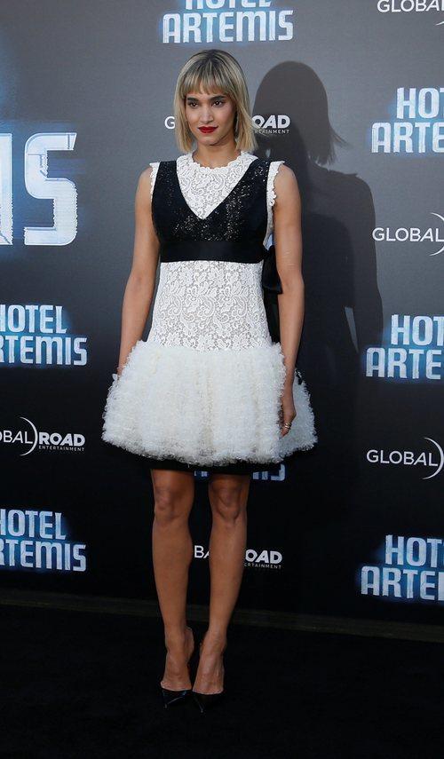 Sofia Boutella con un vestido blanco y negro en la premiere de 'Hotel Artemis' en Los Ángeles 2018