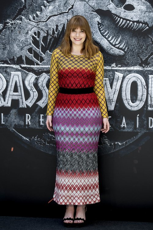Bryce Dallas con un vestido largo de colorines en la premiere de Jurassic World 2018