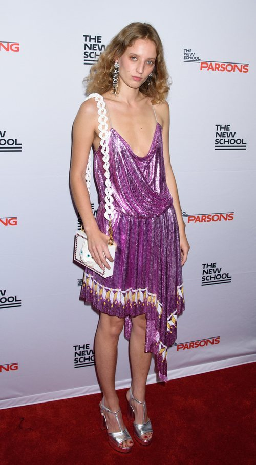 Petra Collins con un vestido morado asimétrico en el evento de Benefit 2018