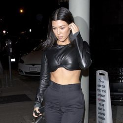Kourtney Kardashian con un crop top de cuero en Hollywood