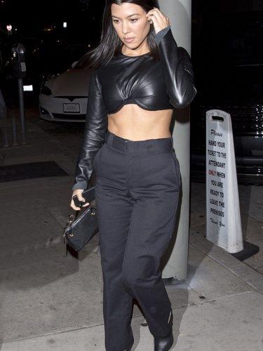 Kourtney Kardashian con un crop top de cuero en Hollywood