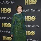 Lena Dunham con un vestido verde con brillo azulado en la American Songbook Gala 201