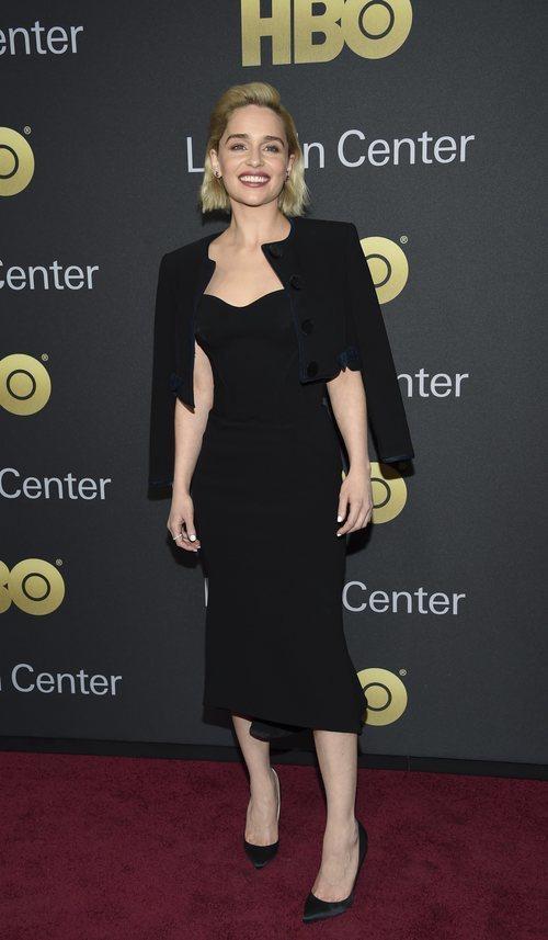 Emilia Clarke con un entallado vestido negro para la American Songbook Gala 2018