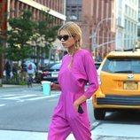 Stella Maxwell con un mono rosa neón en Nueva York