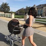 Kylie Jenner llevando a su hija Stormi en un carrito de Fendi a juego con su vestido