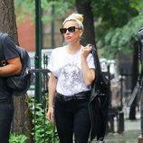 Lady Gaga con un pantalón negro y camiseta blanca en Nueva York 2018
