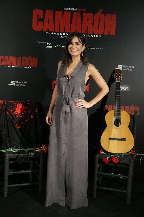 Elena Sánchez con un vestido en color gris en la premiere de 'Camarón Flamenco y Revolución' en Madrid 2018