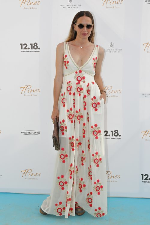 Carola Baleztena con un vestido largo estampado en la inauguración del Hotel 'Seven Pines' en Ibiza 2018