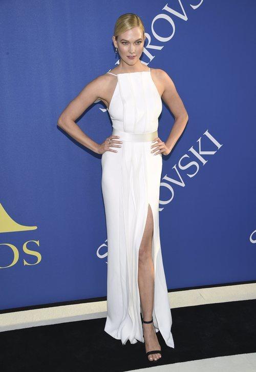 Karlie Kloss con un vestido blanco en los CFDA Awards en Nueva York 2018