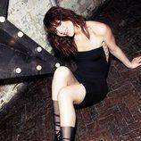 Modelo con unas medias transparentes y negras de la nueva colección otoño/invierno 18-19 del episodio 1 de Wolford