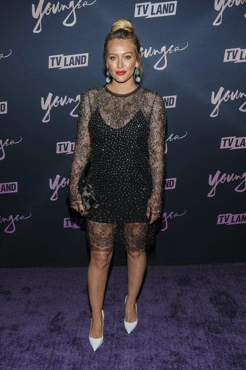Hilary Duff con un vestido negro transparente en la premiere de 'Younger' en Nueva York 2018