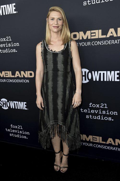 Claire Dannes con un vestido asimétrico en tonos oscuros en la premiere de 'Homeland' en Los Ángeles 2018
