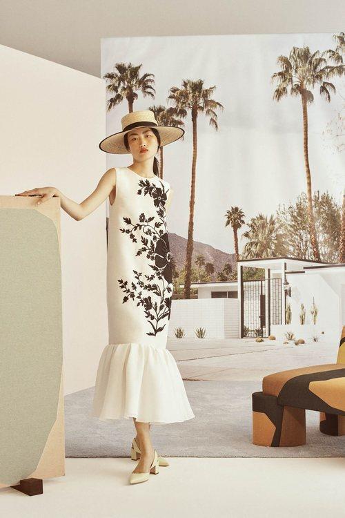 Vestido blanco con estampado de la colección Crucero 2019 de Carolina Herrera