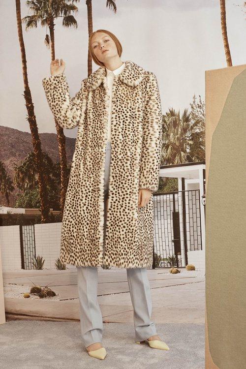 Abrigo de print de leopardo de la colección Crucero 2019 de Carolina Herrera
