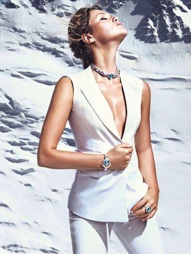 Modelo con joyas en tonos turquesa de la colección SS18 de la firma Uno de 50